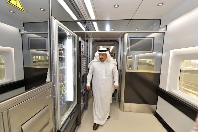 أمير الرياض يقوم برحلة عبر قطار الشمال للمجمعة ويزور المحطات (34669081) 