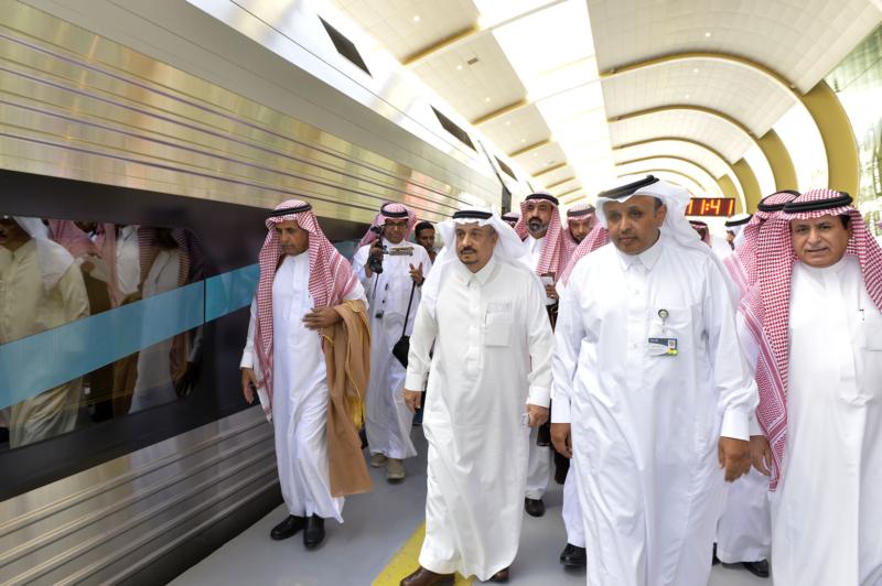 أمير الرياض يقوم برحلة عبر قطار الشمال للمجمعة ويزور المحطات (34669103) 
