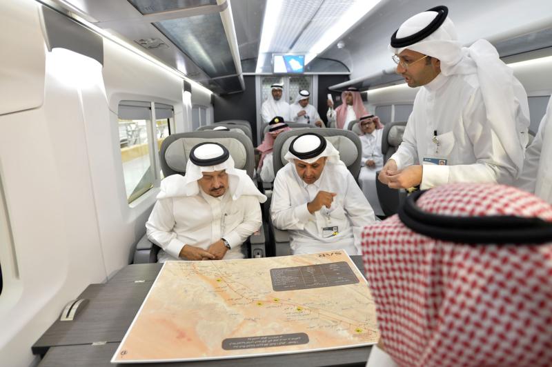 أمير الرياض يقوم برحلة عبر قطار الشمال للمجمعة ويزور المحطات (34669107) 