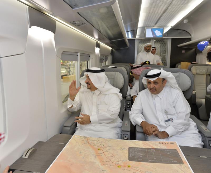 أمير الرياض يقوم برحلة عبر قطار الشمال للمجمعة ويزور المحطات (34669108) 