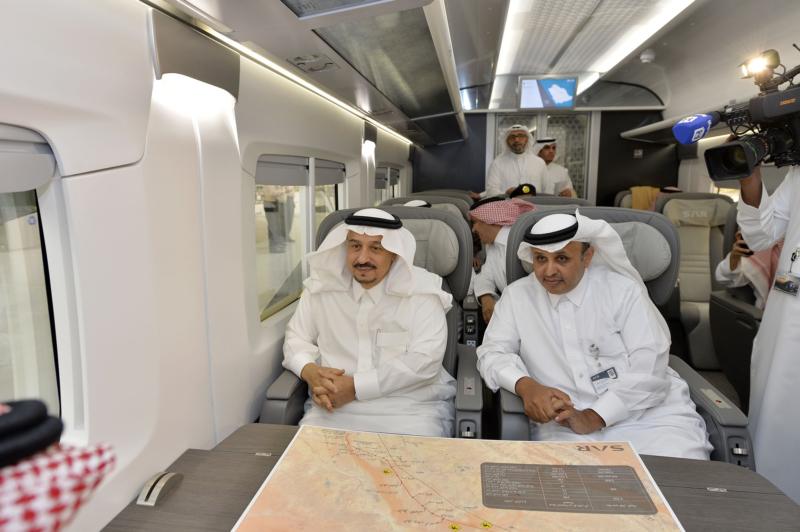 أمير الرياض يقوم برحلة عبر قطار الشمال للمجمعة ويزور المحطات (34669109) 