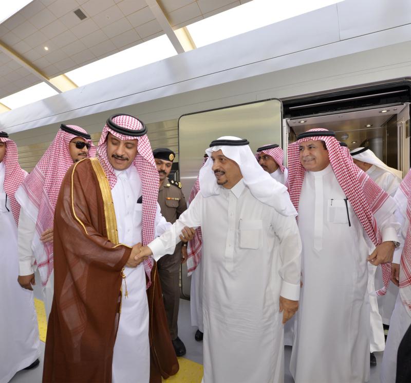أمير الرياض يقوم برحلة عبر قطار الشمال للمجمعة ويزور المحطات (34669126) 