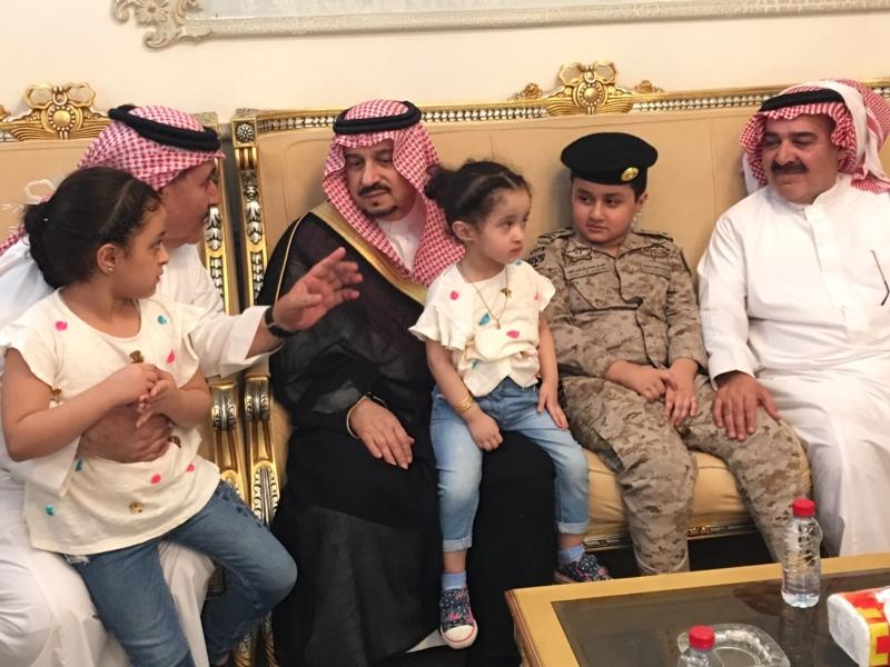 . أمير الرياض يُعزي أسرة الشهيد الملحم (2)