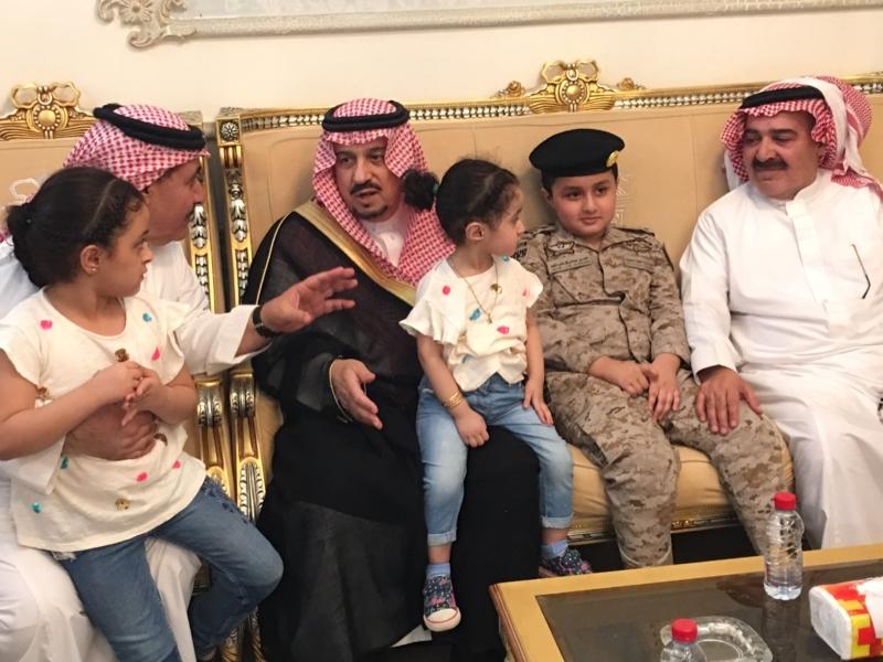 . أمير الرياض يُعزي أسرة الشهيد الملحم (4)