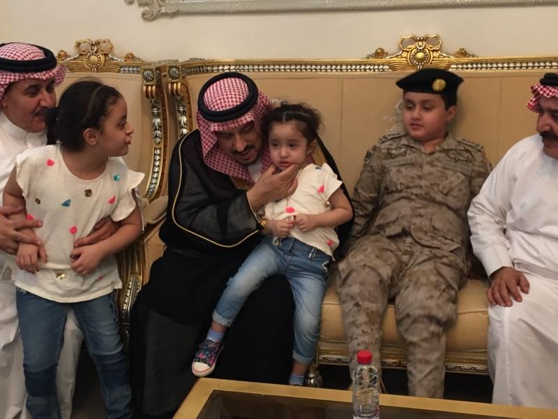 . أمير الرياض يُعزي أسرة الشهيد الملحم (6)