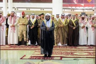 بالصور.. أمير القصيم يؤدي صلاة الميت على الشهيد الرشيدي - المواطن