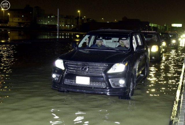 أمير القصيم يقف ميدانياً على المواقع المتضررة في #بريدة من الأمطار (1)