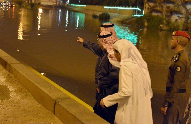 أمير القصيم يقف ميدانياً على المواقع المتضررة في #بريدة من الأمطار (5)