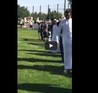 أمير دولة قطر الشيخ تميم بن حمد آل ثاني يلعب كرة مع الأطفال