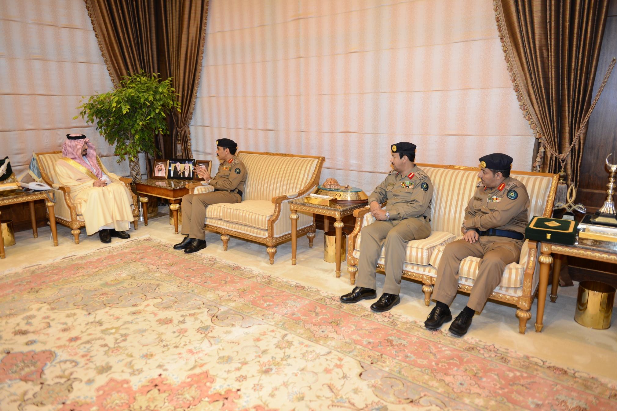 أمير عسير يستقبل مدير الدفاع المدني بالمنطقة (1)