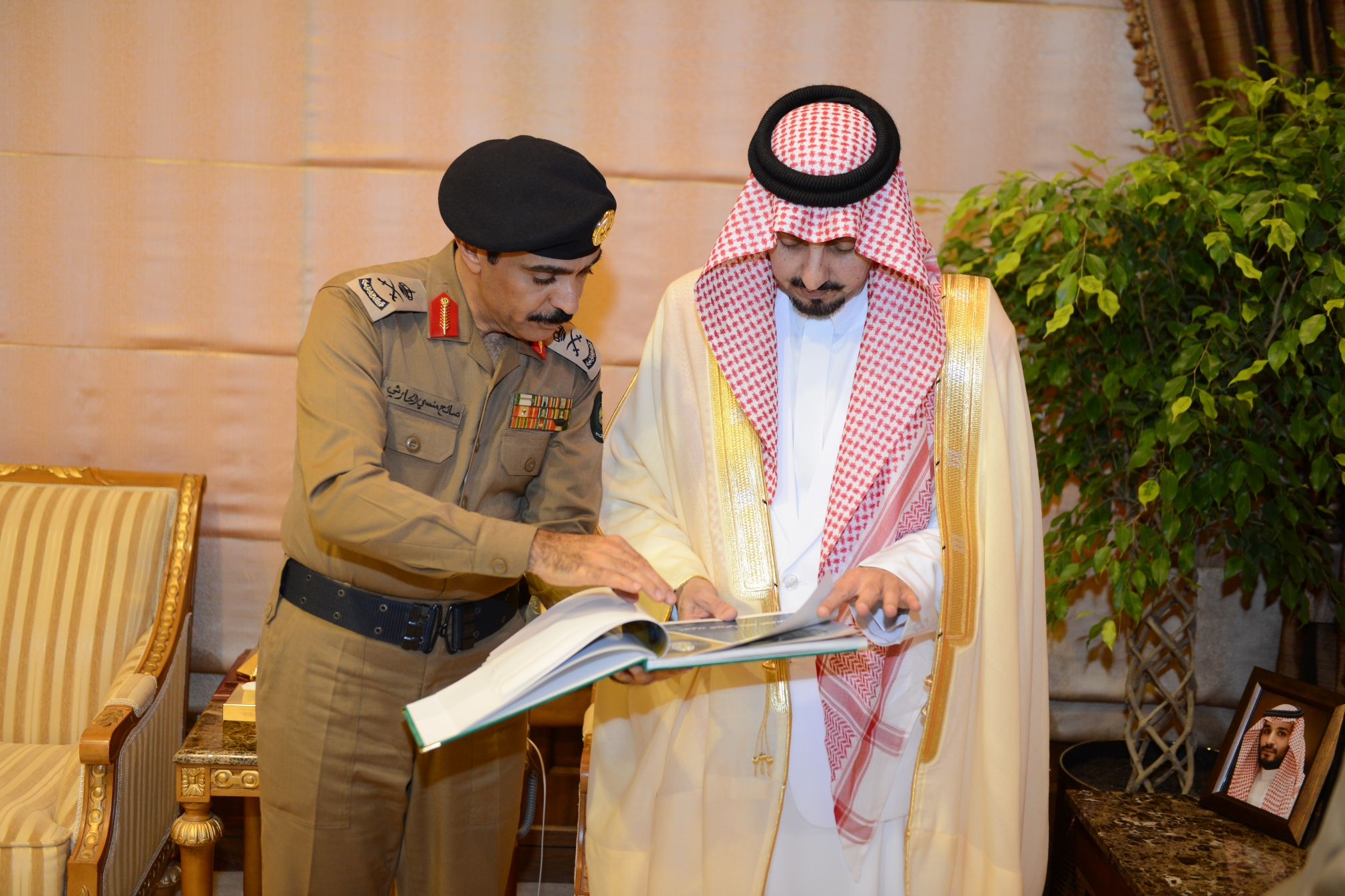أمير عسير يستقبل مدير الدفاع المدني بالمنطقة (3)