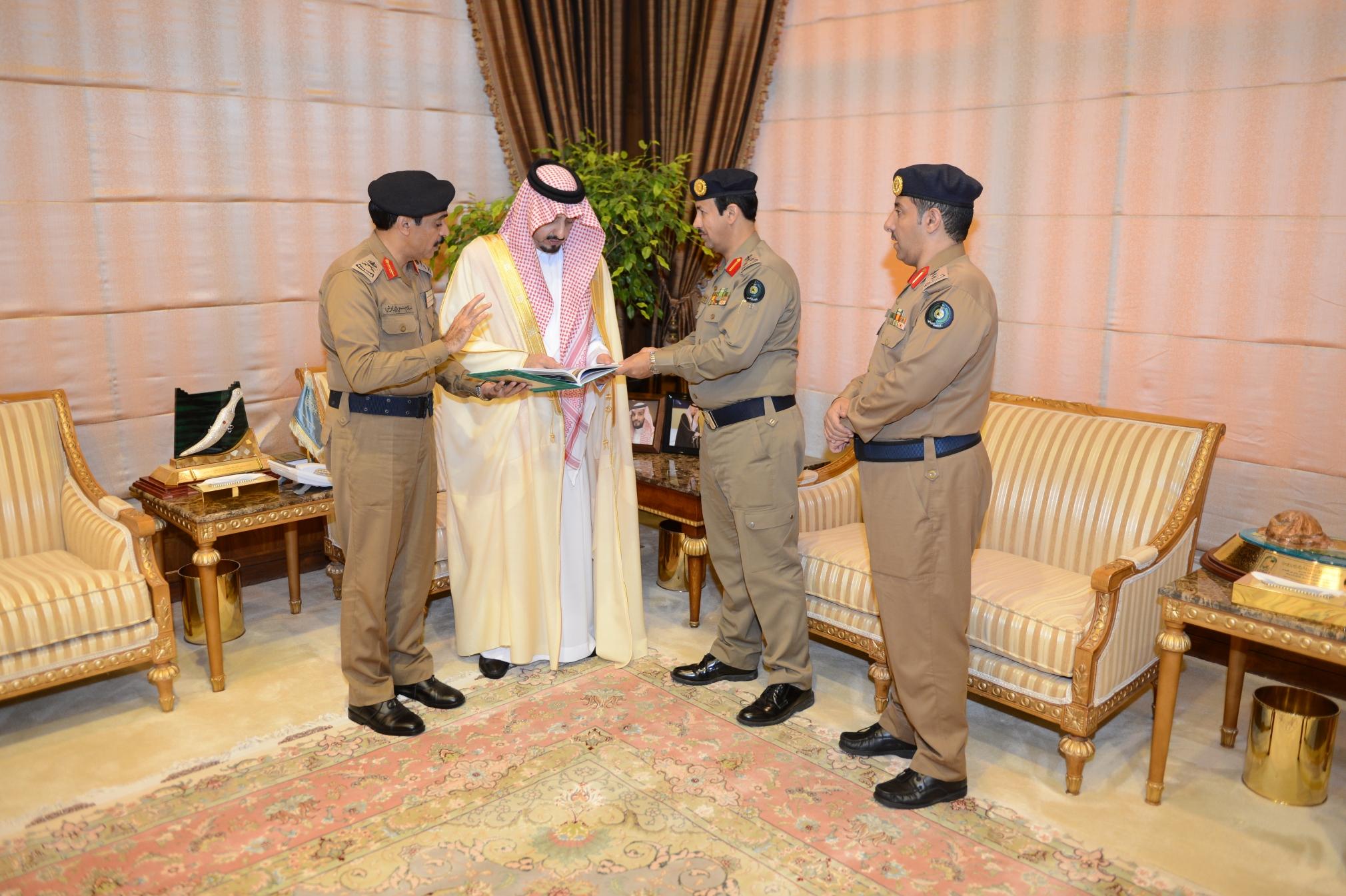 أمير عسير يستقبل مدير الدفاع المدني بالمنطقة (4)