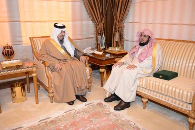 أمير عسير يطلع على تقرير جمعية البر بأبه (1)