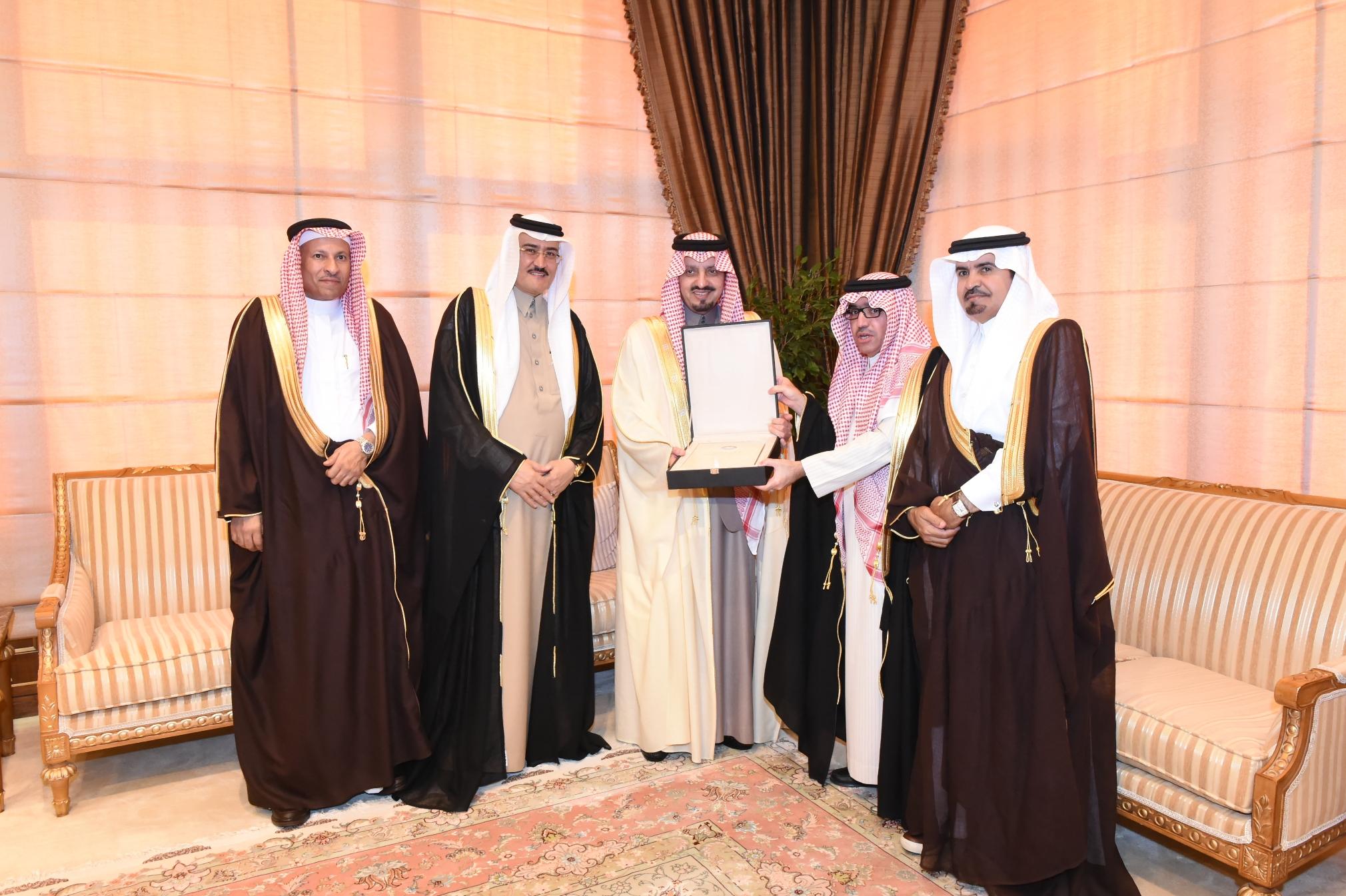 أمير #عسير يعد بتذليل الصعوبات أمام المستثمرين بالمنطقة (2)