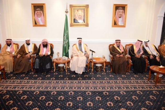أمير عسير يعقد جلسته الأسبوعية  (3)