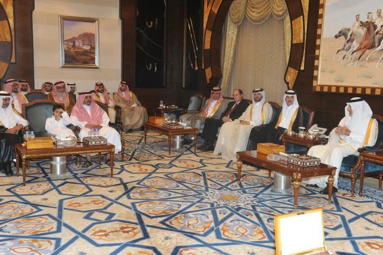 أمير مكة يستضيف رب الأسرة المتظلمة على مائدة الافطار (1) 