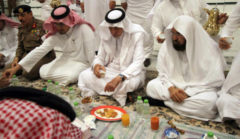 أمير مكة يشارك مدنيين وعسكريين الإفطار (332712741) 