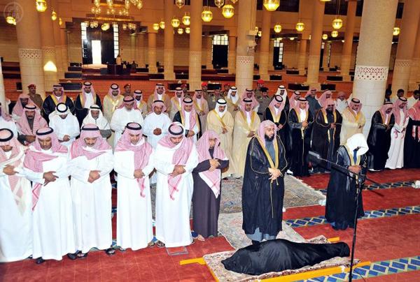 أمير منطقة الرياض يؤدي صلاة الميت على والدة الأمير مشاري بن فهد بن مشاري آل سعود