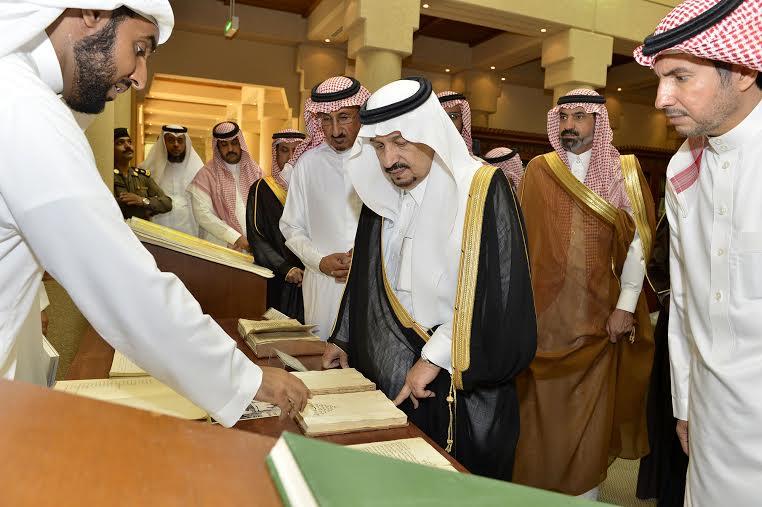 أمير منطقة الرياض يزور دارة الملك عبدالعزيز بمركز الملك عبد العزيز التاريخي بالمربع17