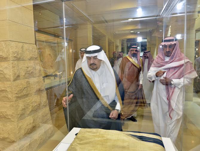 أمير منطقة الرياض يزور دارة الملك عبدالعزيز بمركز الملك عبد العزيز التاريخي بالمربع4