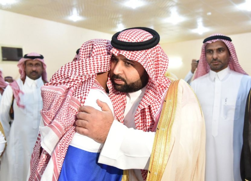 بالصور.. أمير جازان بالنيابة يعزي مواطنًا فقد زوجته و6 من أبنائه في حادث مروري - المواطن