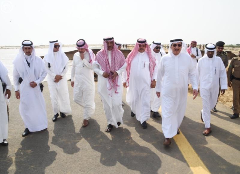 أمير منطقة جازان يتفقد الطريق الدولي الجديد (1)