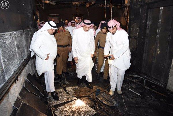 أمير منطقة جازان يقف على حادثة حريق مستشفى جازان ويزور المصابين