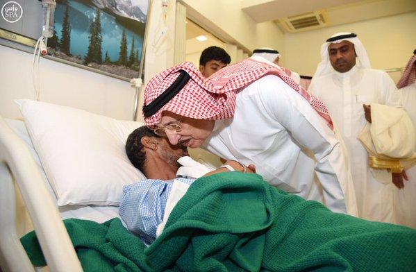 أمير منطقة جازان يقف على حادثة حريق مستشفى جازان ويزور المصابين1