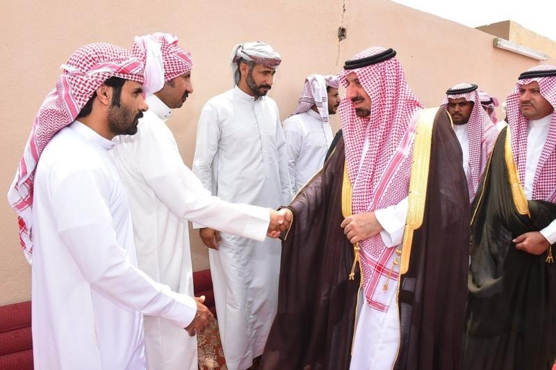 أمير نجران ينقل تعازي القيادة لذوي الشهيد خالد بن عوض الكربي.