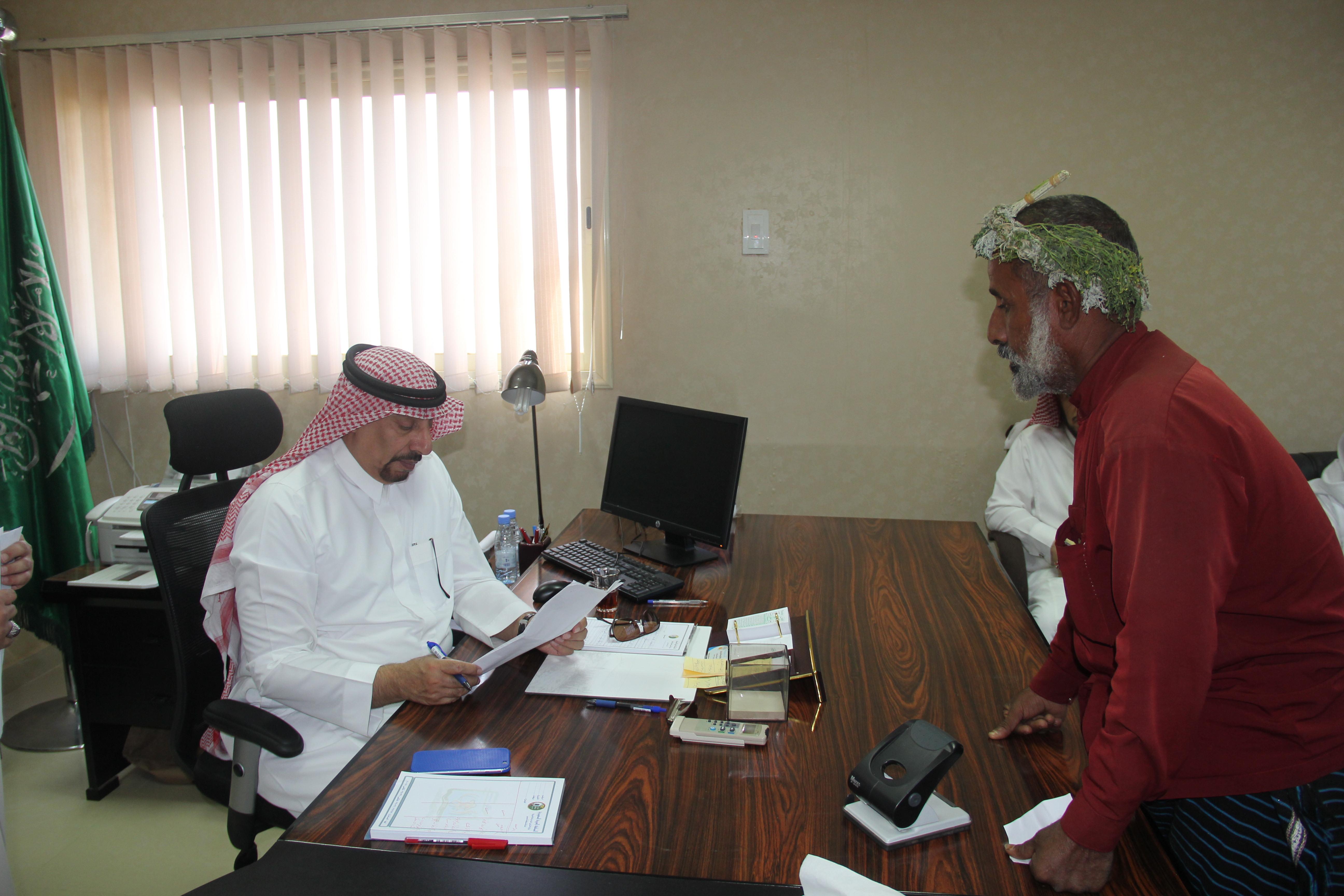 أمين عسير يتفقد الأعمال البلدية بمركز مربة (1)