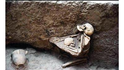 أم تحتظن طفلها منذ 4 آلاف عام