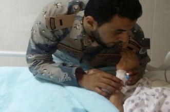 صورة متداولة.. أم تقلد ابنها رتبته الجديدة وهي على سرير المرض في #مكة - المواطن