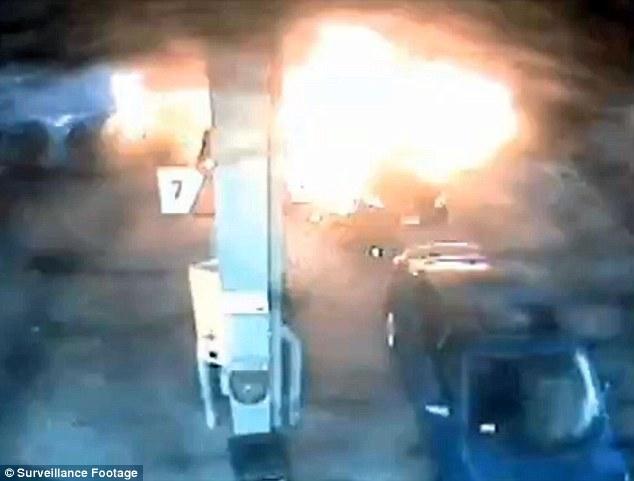 أم شجاعة تُنقذ أطفالها بعد اشتعال سيارتها
