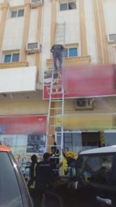 أنقذ مدني تبوك شخصًا احتجزته النيران