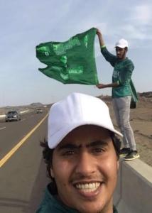 أهلاويان يقودهما العشق من المدينة المنورة إلي محافظة جدة سيراً على الأقدام لحضور مباراة التتويج