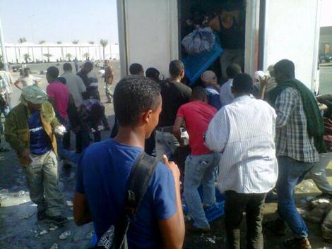إثيوبيّون يتجمّعون أمام مركز خدمات الشميسيّ بمكّة