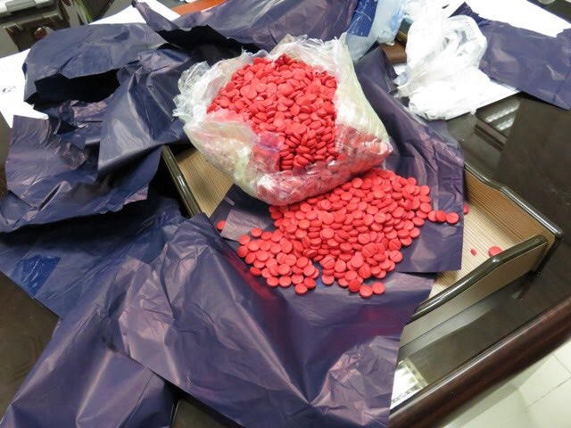 إحباط تهريب 7 حبة مخدر مخبئة داخل لحوم مجمدة (4)