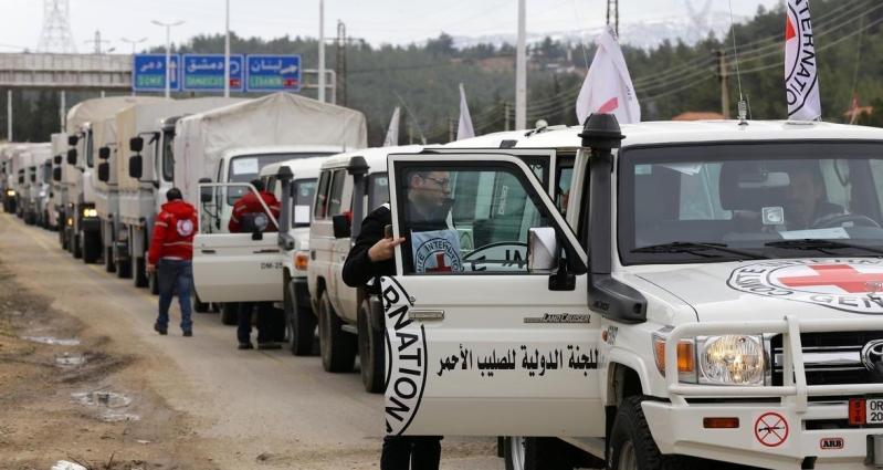 إحدى قوافل المساعدات التي دخلت المناطق المحاصرة بسوريا