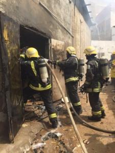 إخماد حريق بمستودع ومحلات خيام وأشرعة بجدة  (1) 