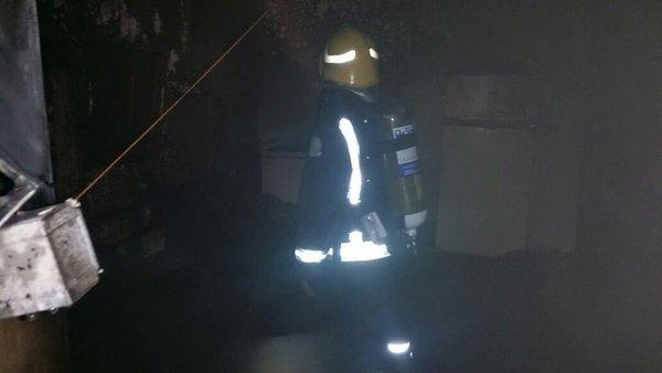 إخماد حريق بمنزل شعبي بالقطيف بسبب التماس كهربائي (2)