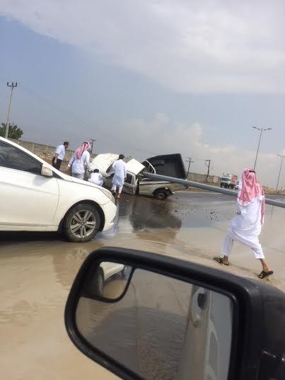 إصابة مواطن إثر ارتطام مركبته بعمود إنارة بجازان1