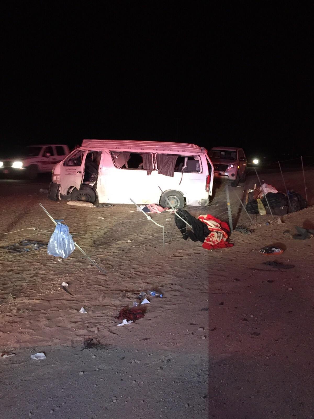 إصابة 10 أشخاص في حادث انقلاب ميكروباص في العطيف (2)