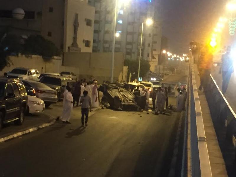 إصابة 4 أشخاص إثر اصدام مركبتهم و سقوطها من أعلى كوبري السداد بالطائف و انقلابها