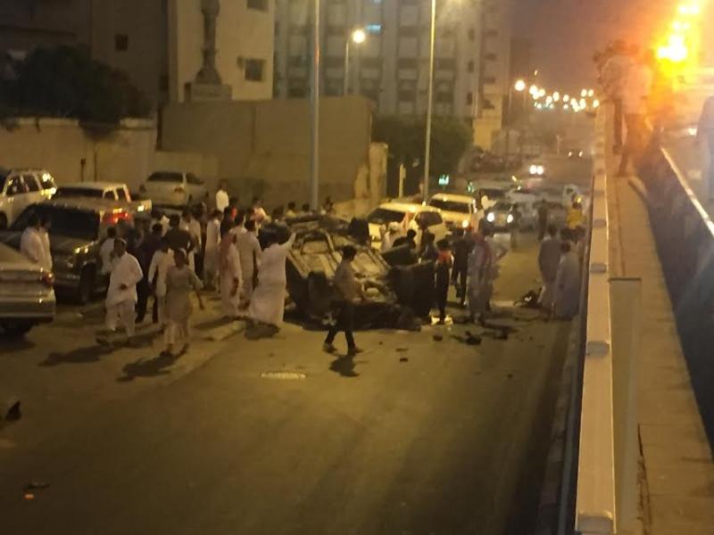 إصابة 4 أشخاص إثر اصدام مركبتهم و سقوطها من أعلى كوبري السداد بالطائف و انقلابها 1