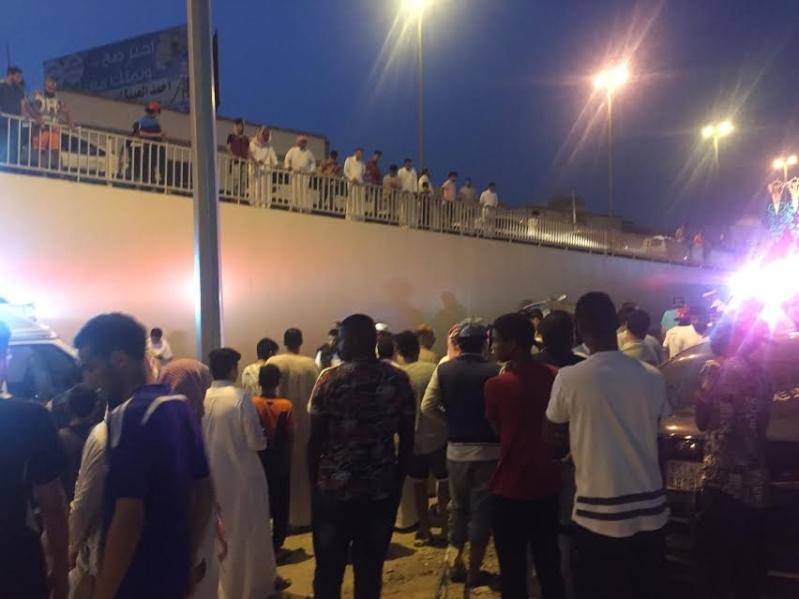إصابة 4 أشخاص إثر اصدام مركبتهم و سقوطها من أعلى كوبري السداد بالطائف و انقلابها  5