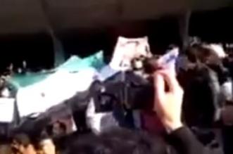 شاهد.. الإيرانيون يحرقون صورة الأسد ويرفعون أعلام سوريا في ثورتهم - المواطن