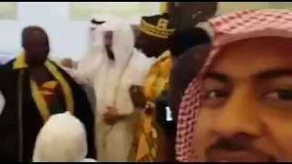 إمام الحرم الشيخ الغامدي يهدي بشته لحاج إفريقي