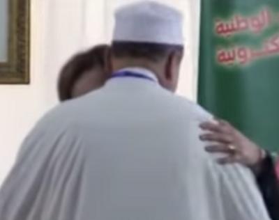 إمام مسجد جزائريي قبل وزيرة التضامن