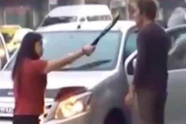 إمرأة تهدد زوجها