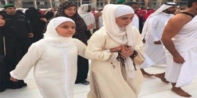 ابنة حاكم دبي مع والدتها في «العمرة» 1